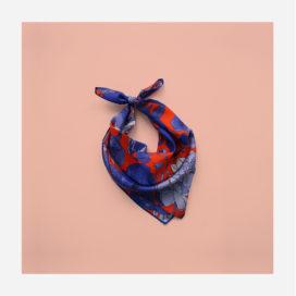 foulard lyon soie carre bleu orange fleurs bleues